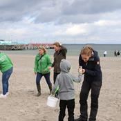 Nu kan frivillige få hjælp til at fjerne skrald på stranden