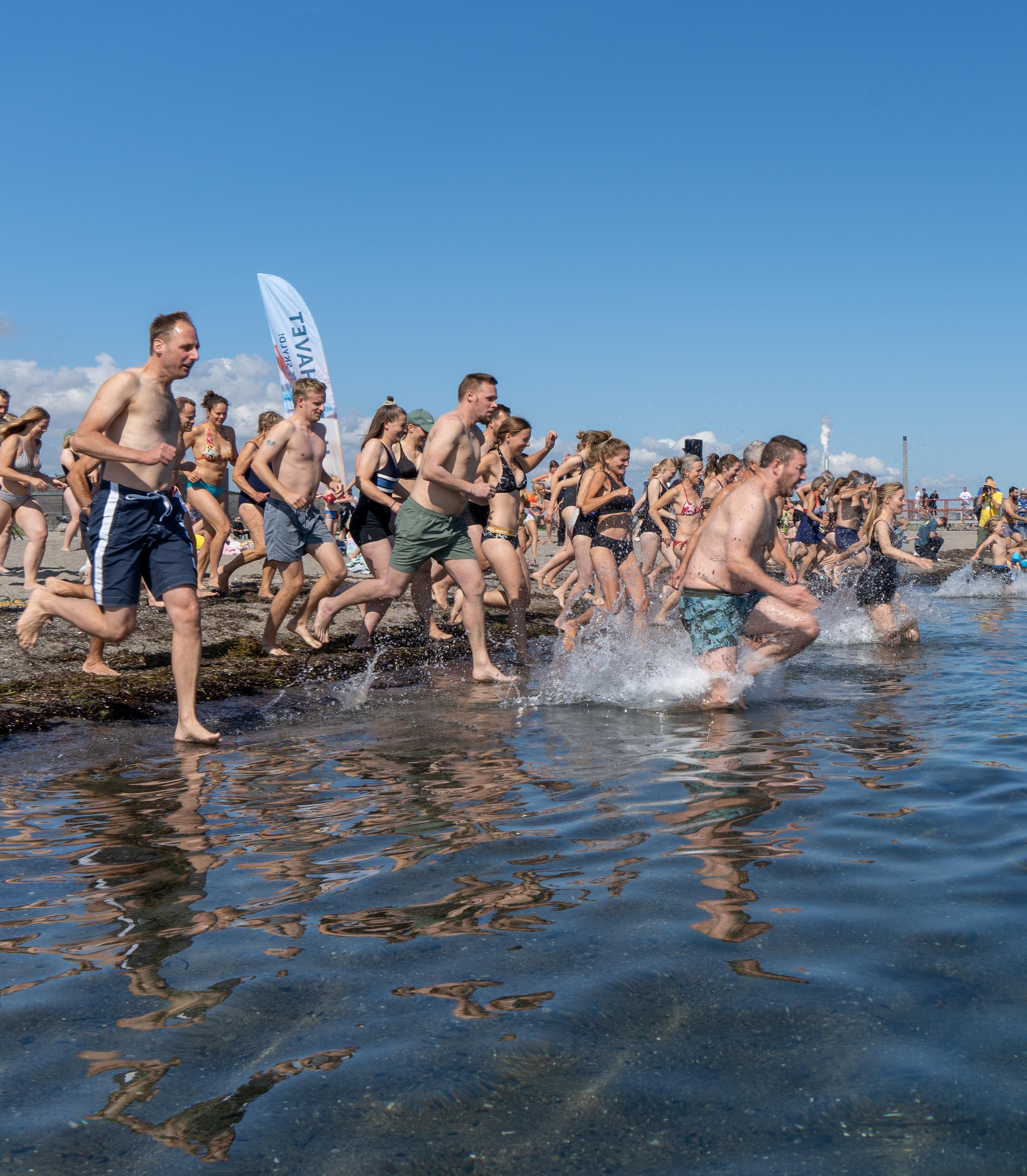 3000 hoppede i havet for at råbe politikerne op