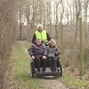 Ældre på rickshaweventyr i naturen